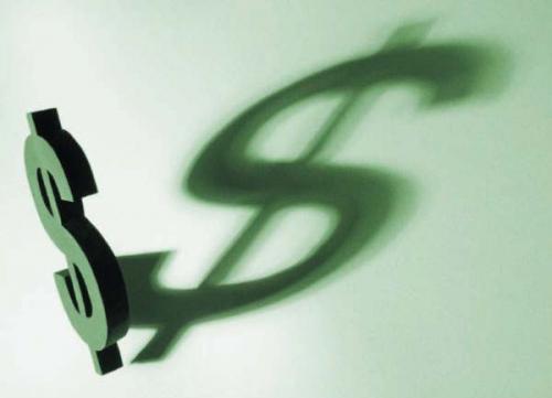 الدولار يتراجع في يوم التداول الأول من العام