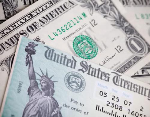 الدولار يرتفع مقابل جميع العملات الرئيسة بعد انهيار سندات الخزانة
