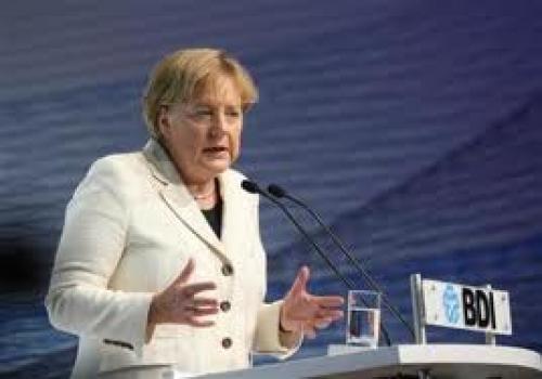 ميركل تلمح إلى إمكانية مراجعة خطة الإنقاذ المالي لليونان