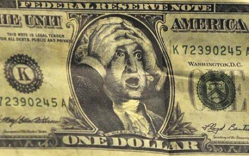 الدولار يتراجع على عكس البيانات