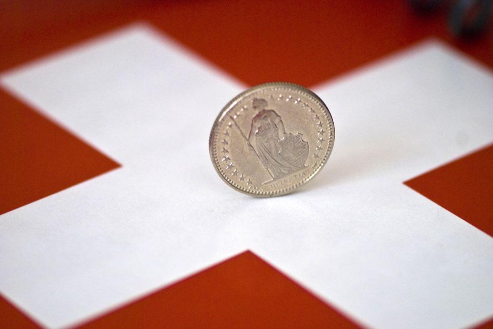 الفرنك السويسري يرتفع أمام العملات الرئيسية متجاهلاً قرارات الوطني السويسري