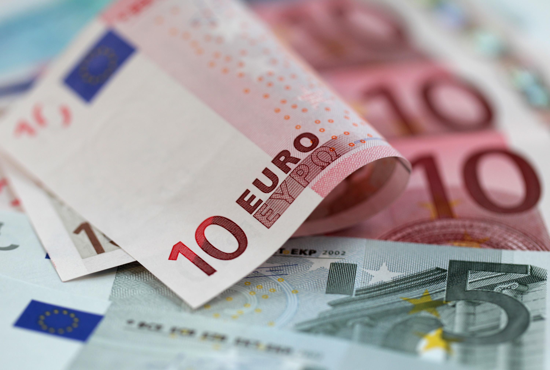 اليورو يسجل أدنى مستوى له على مدار أسبوعين في ظل أزمة الديون اليونانية