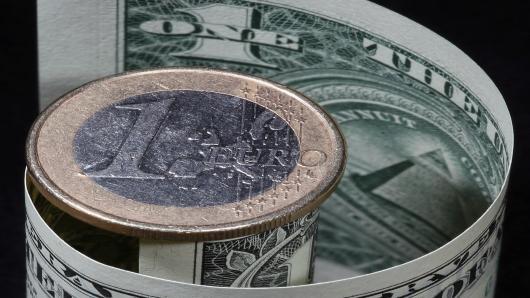 اليورو دولار يتخلى عن أعلى مستوياته ترقباً للبيانات الأمريكية