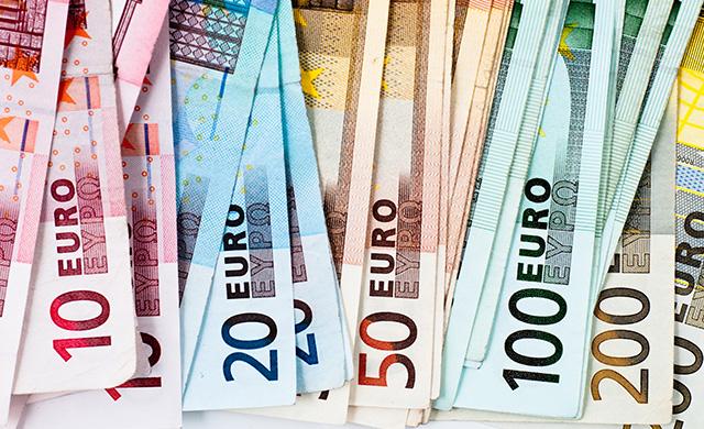 اليورو يرتفع بعد أنباء حول إمكانية رفع الفائدة الأوروبية