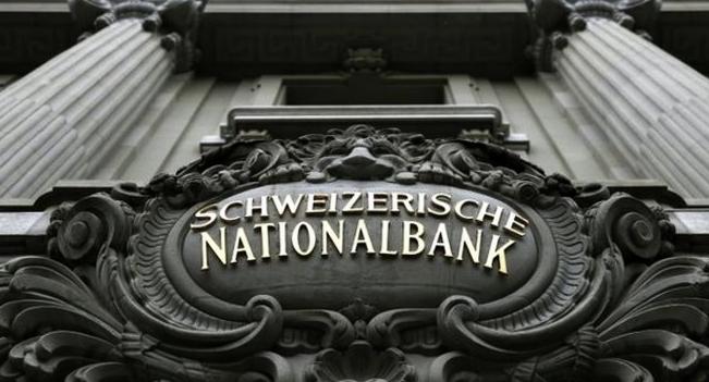 البنك الوطني السويسري يطيح بتوقعات تشديد السياسة النقدية
