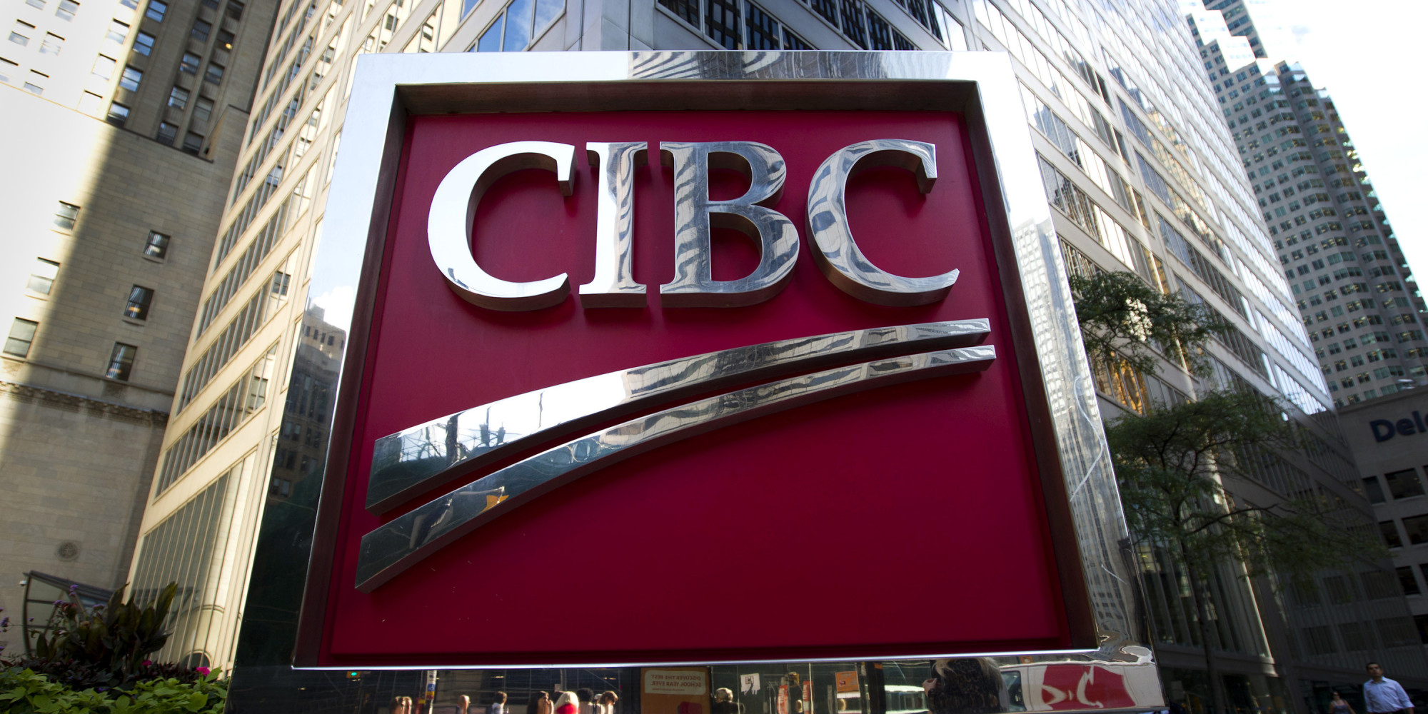 بنك CIBC يوصي ببيع الدولار الكندي