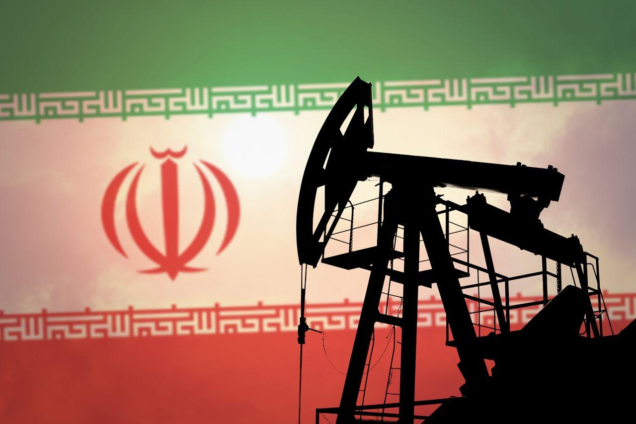 تقارير: صادرات إيران النفطية تنخفض إلى 400 ألف برميل يوميًا