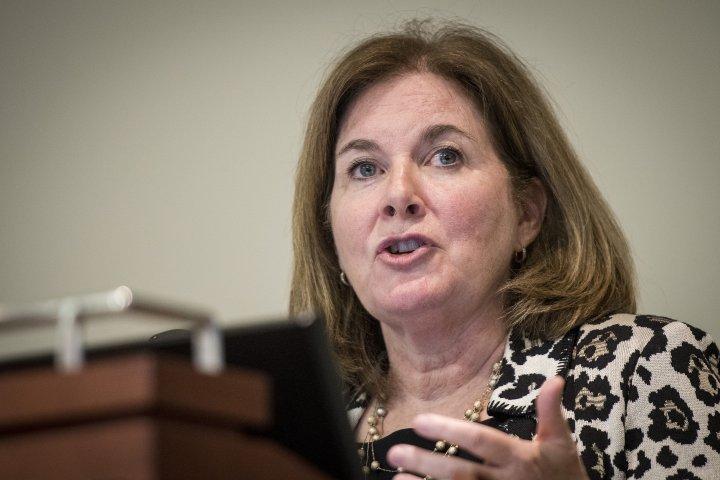 عضو الفيدرالي إيستر تدعو لاستكمال رفع الفائدة وتحذر من مخاطر التأجيل