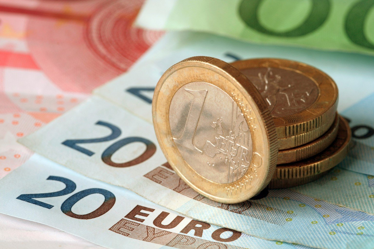 اليورو دولار يسجل أعلى مستوياته مدعومًا بتلك العوامل