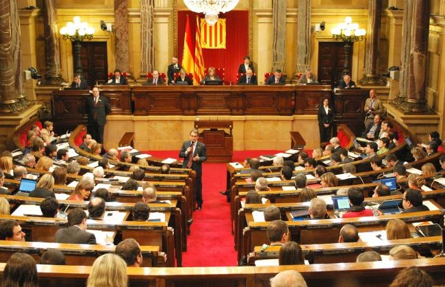 برلمان كتالونيا يعقد جلسة طارئة لمناقشة قرار الحكومة الإسبانية