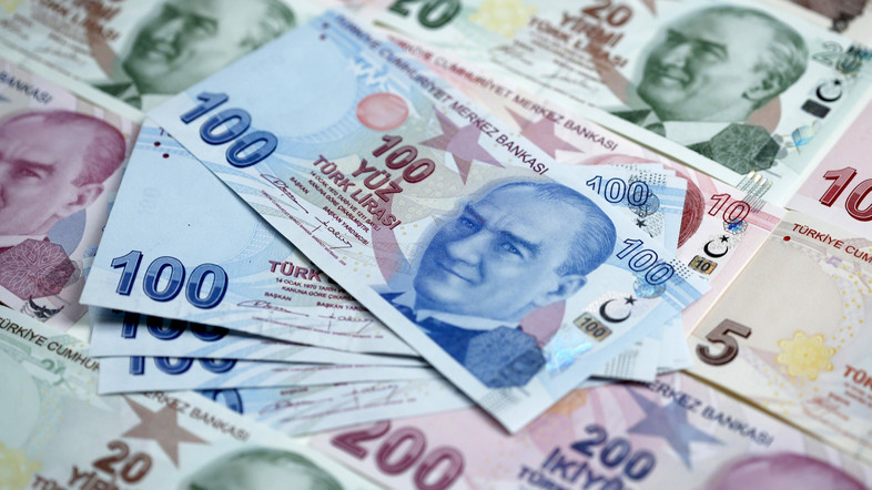 الليرة التركية تهوى إلى مستويات قياسية أمام الدولار الأمريكي