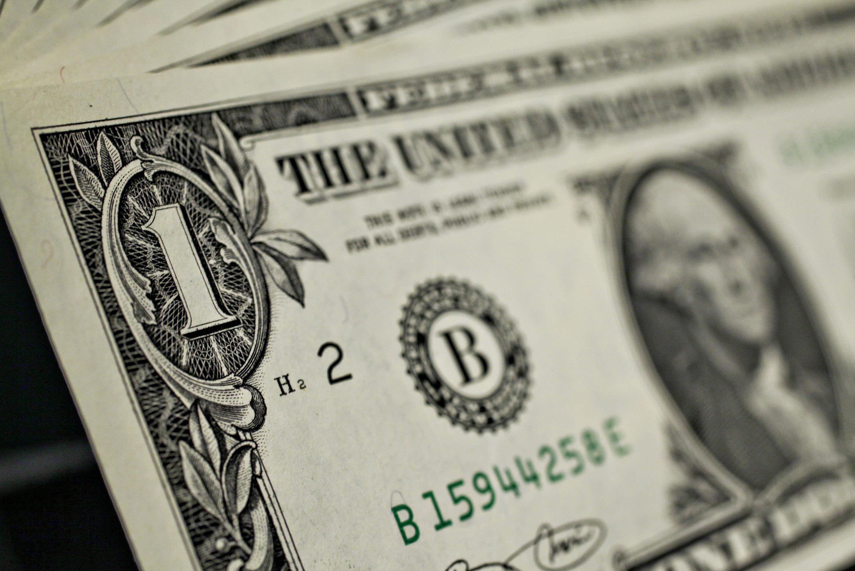الدولار يتراجع بعد أن ساعدت كلمات يالين أمام مجلس الشيوخ أصول المخاطر