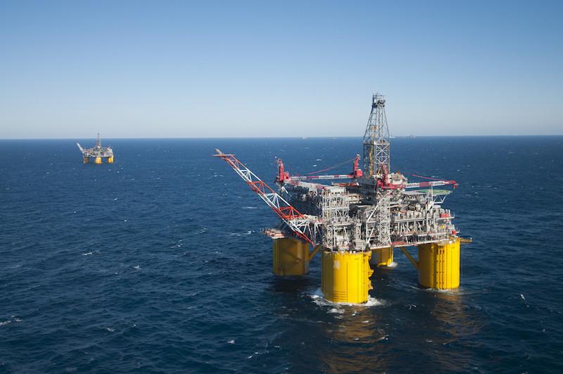 أسعار النفط تتراجع من أعلى مستوياتها خلال شهرين