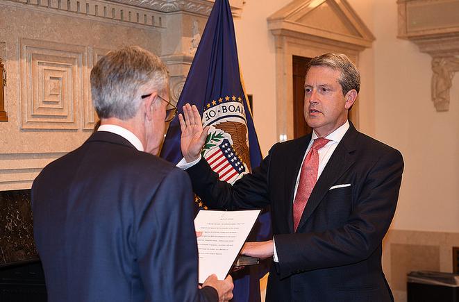 كوارلز يدلي القسم على فترة ولاية بلجنة الاحتياطي الفيدرالي حتى 2023
