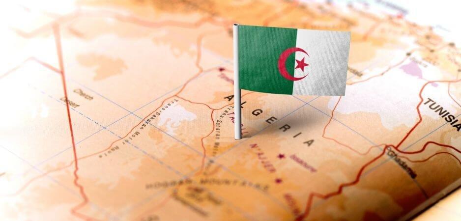 الجزائر: إيران تُجبر ناقلة نفط على تغيير مسارها نحو مياهها الإقليمية