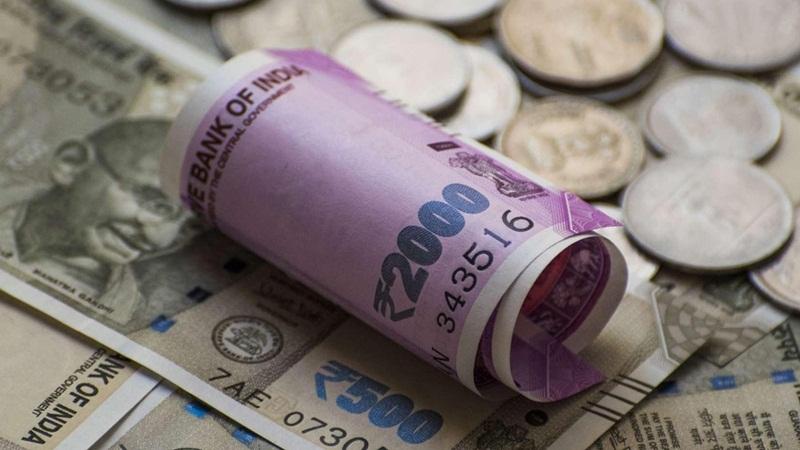 الروبية الهندية تتراجع إلى أدنى مستوياتها على الإطلاق أمام الدولار