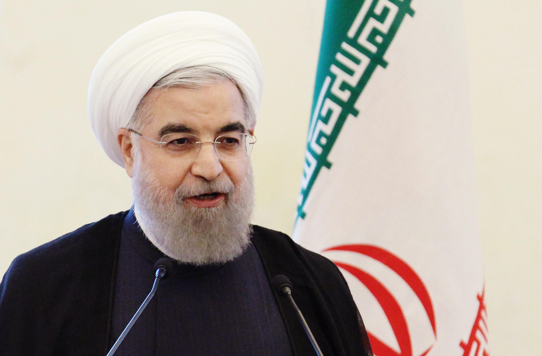 روحاني يقيل محافظ البنك المركزي الإيراني بسبب تدهور قيمة العملة