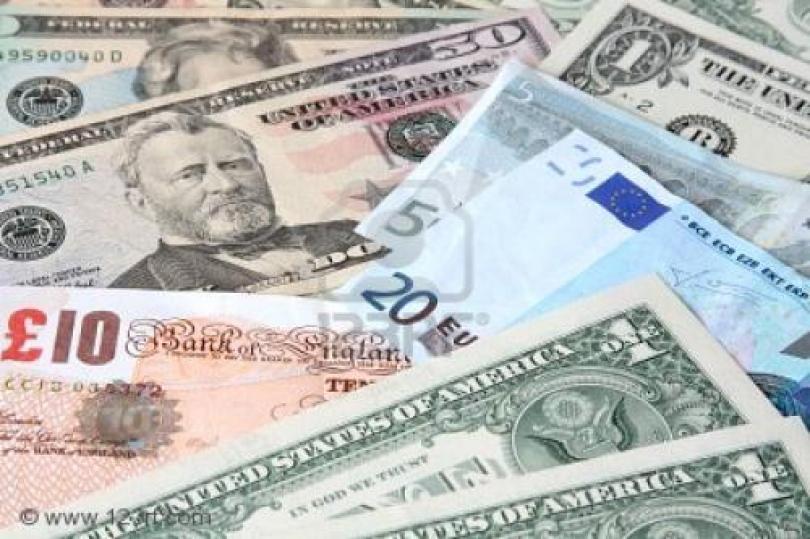 تراجع الدولار على نطاق ضيق، وما زال معرضًا لانخفاض آخر