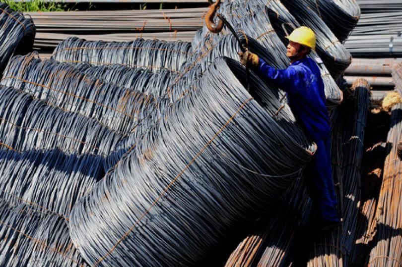 خام الحديد يخضغ لضغوط أسواق السلع العالمية ويسجل أدنى مستوياته