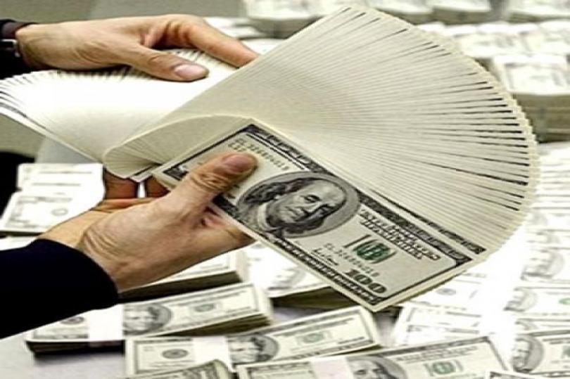 الدولار يتراجع مقابل الين الياباني
