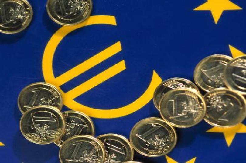 أسباب انخفاض اليورو  مقابل الدولار